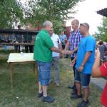 Předávání poháru zástupci okresní organizace